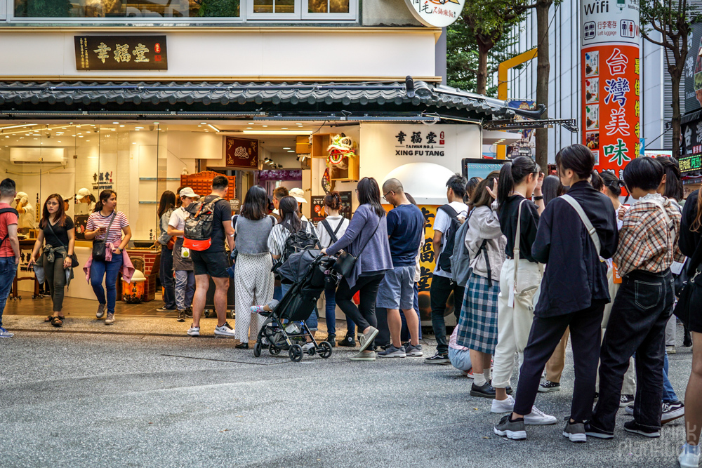 lineup for Xing Fu Tang bubble tea in Taipei, Taiwan
